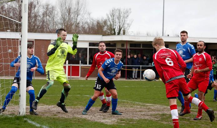 Biervliet (rode tenues), hier in de aanval tegen Groede, mag komend seizoen toch weer in de vierde klasse uitkomen.