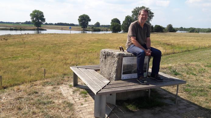 Piet van Erp op het betonblok waaraan ooit de pont naar Keent was geketend.