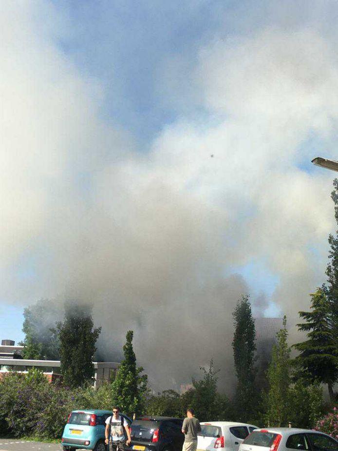Omdat de rookpluimen tot ver in de omgeving te zien waren, kwamen veel buurtbewoners kijken.
