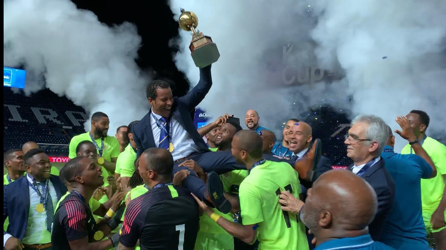 Remko Bicentini op de schouders van de internationals van Curaçao na het winnen van de King's Cup in Thailand.