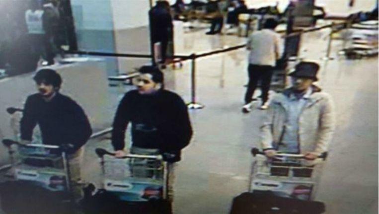 Een foto van de drie aanslagplegers op de luchthaven Zaventem. De man in het midden is geïdentificeerd. Beeld Afp