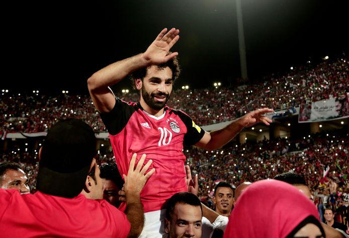 Mohamed Salah wordt op de schouders gezet nadat hij Egypte naar het WK heeft geschoten.