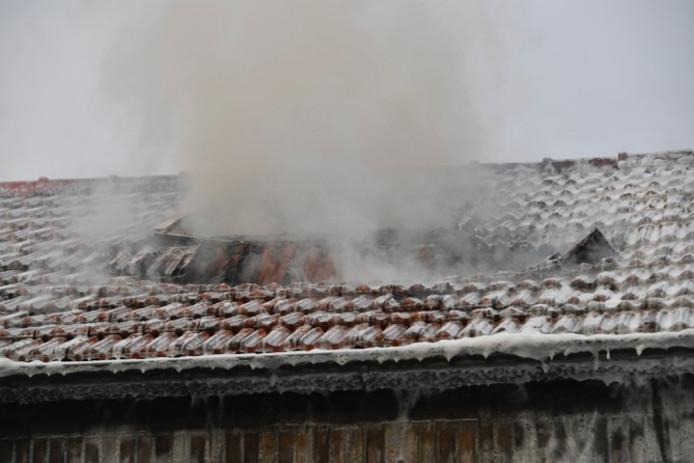 Het vuur sloeg een gat in het dak.