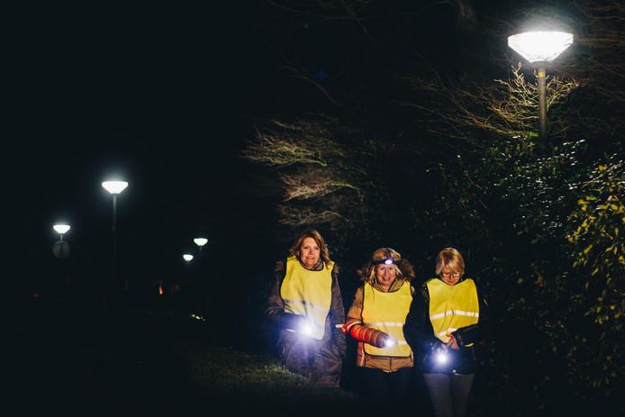 Een goed werkende zaklantaarn is zeker geen overbodige luxe tijdens de Katoentjestocht, de nachtelijke wandelmarathon in de gemeente Hellendoorn.