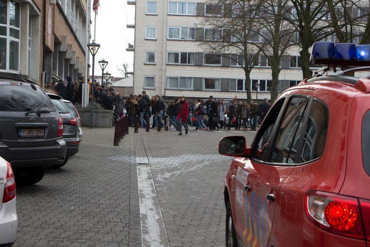 Veertig minuten later mochten de leerlingen, onder politiebegeleiding, opnieuw hun school binnen.