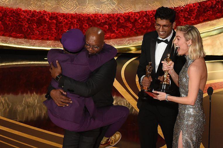 Spike Lee springt in de armen van Samuel L. Jackson, die de Oscar voor Bewerkte scenario uitreikte. Beeld AFP