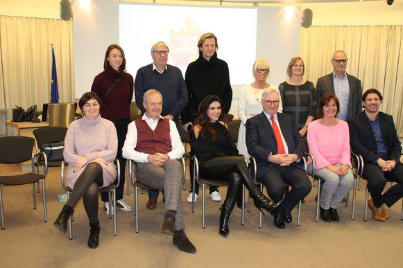 De gemeente en VVV Koksijde samen met Jan Vereecke, Alexandra Arrieche en Piet Goddaer