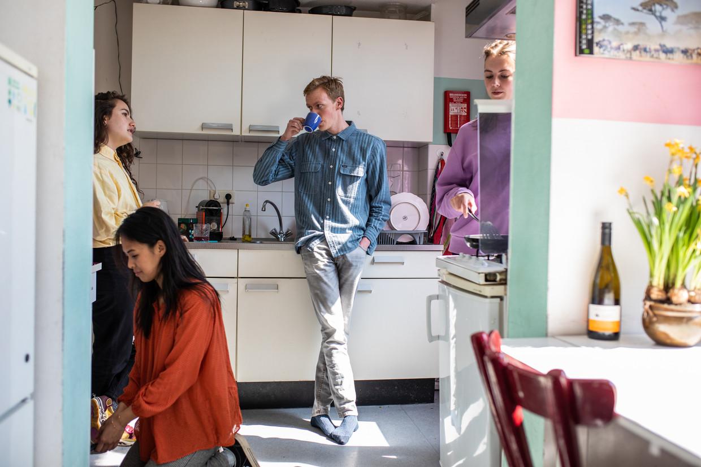 Digna Ruissen, Anh-Thu Trinh Thanh, Jaap Smulders en Merlijn Kopp in hun studentenhuis op het Javaplein.   Beeld Nosh Neneh