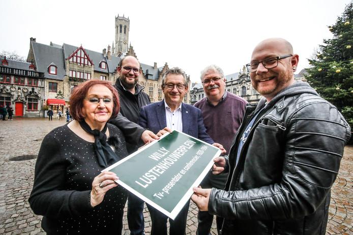 Brugge krijgt een Willy Lustenhouwerplein: burgemeester De Fauw en schepen Blontrock in het gezelschap van Koen Debrabander en de Mugge Van Brugge Kevin Rombaux, met links dochter Marina