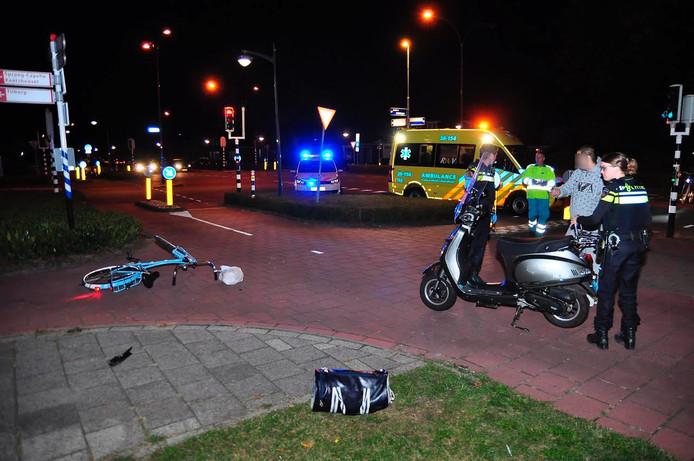 Fietser en brommerbestuurster raakten elkaar op het fietspad langs de Bachlaan.