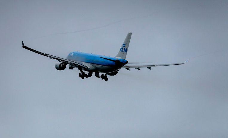 Een vliegtuig van KLM stijgt op van een landingsbaan van Schiphol.  Beeld ANP XTRA