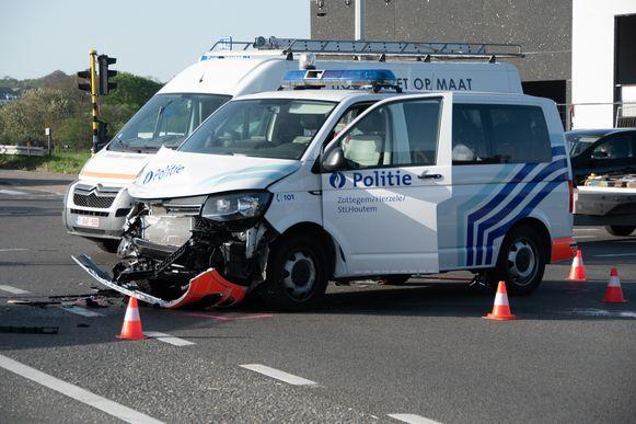 In Zottegem crashte een politiewagen die opgeroepen was voor de overval in Aaigem.
