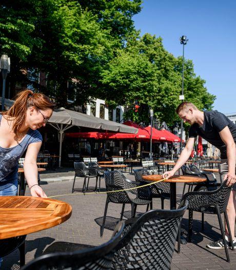 Passen en meten op de Oude Markt in Enschede: horeca is er klaar voor