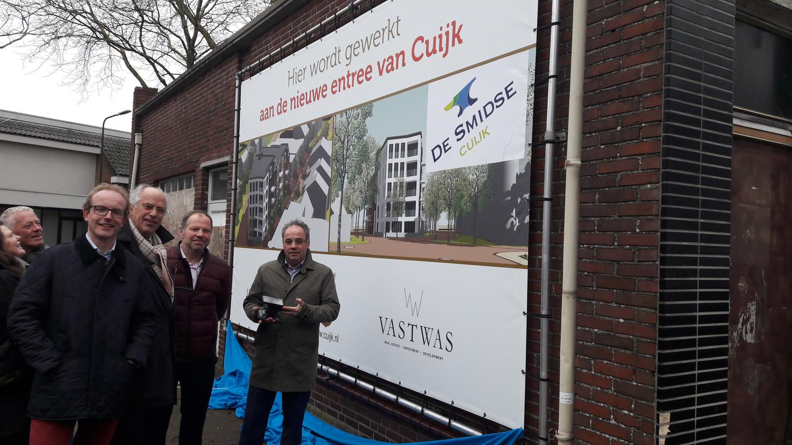 Maart 2018 werd, in bijzijn van de toenmalige Cuijkse wethouders Rob Poel (rechts) en Jos Nielen (naast hem) de naam van het nieuwe wooncomplex bekendgemaakt, De Smidse. Toen dacht ontwikkelaar Vastwas nog dat er eind 2019 gewoond zou kunnen worden.