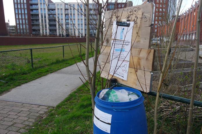 De inzamelbak op het Berghkwartier, een initiatief van 'plasticmijder' Ton Oomen.
