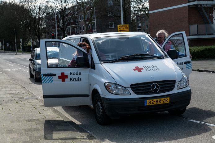 In Utrecht brengen Rode Kruis-medewerkers pakketten van de voedselbank naar mensen die thuis in quarantaine verblijven.