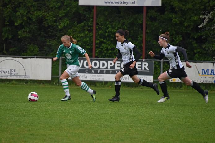 Ilse van der Heijden (links) scoorde eenmaal tegen Rigtersbleek. (archieffoto)