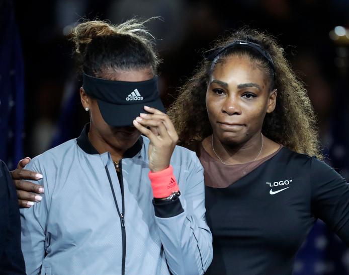 Serena Williams en Naomi Osaka tijdens een emotionele prijsuitreiking.