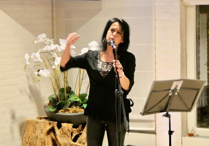 Zangeres Chantal Heijdra zingt in de aula