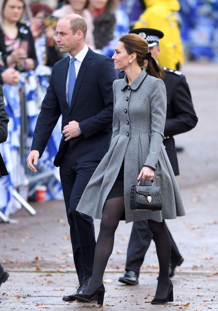 Kate Middleton met haar handtas in haar linkerhand.