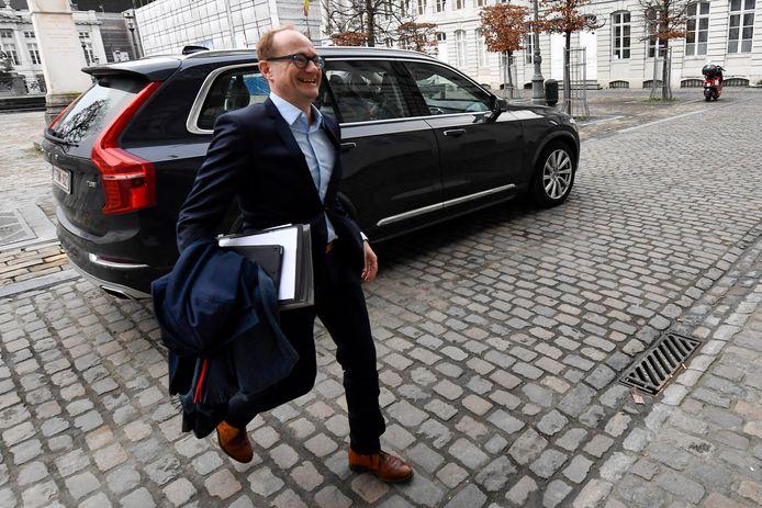 Vlaams minister van Onderwijs Ben Weyts met een van zijn drie dienstwagens, de Volvo S90.