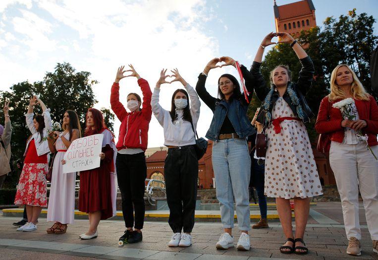 Vrouwen protesteren in Minsk tegen de Belarussische president Aleksandr Loekasjenko. Beeld EPA