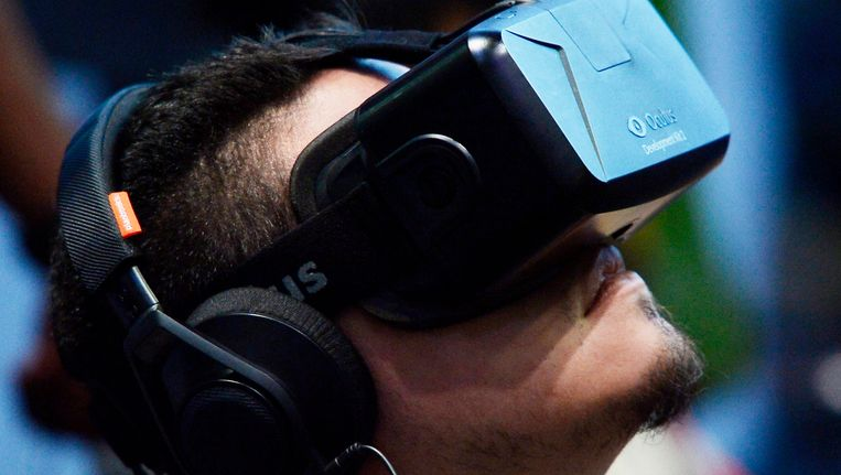 Een man probeert de Oculus Rift uit in Los Angeles. Beeld reuters
