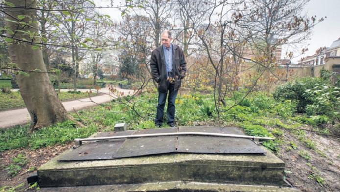 Bunkerkenner Frank Troost bij de ingang van de bunker in de paleistuin.
