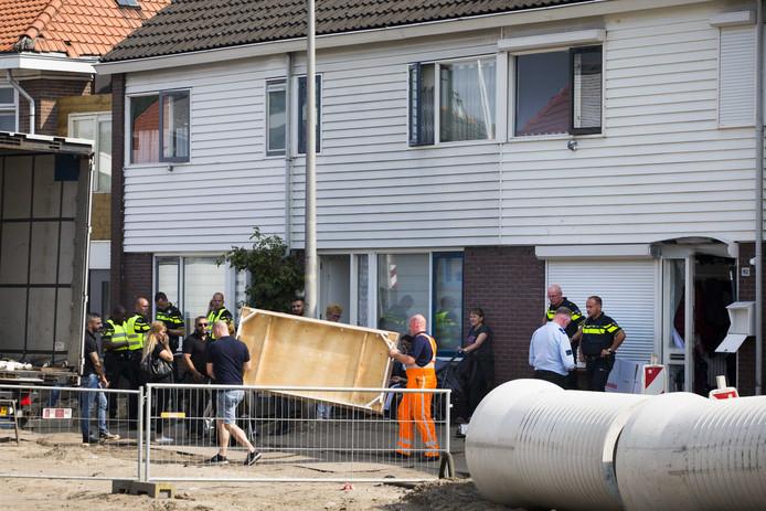 Ontruimingsactie bij een huis in de Almelose wijk Nieuwstraatkwartier na een grote politieactie.