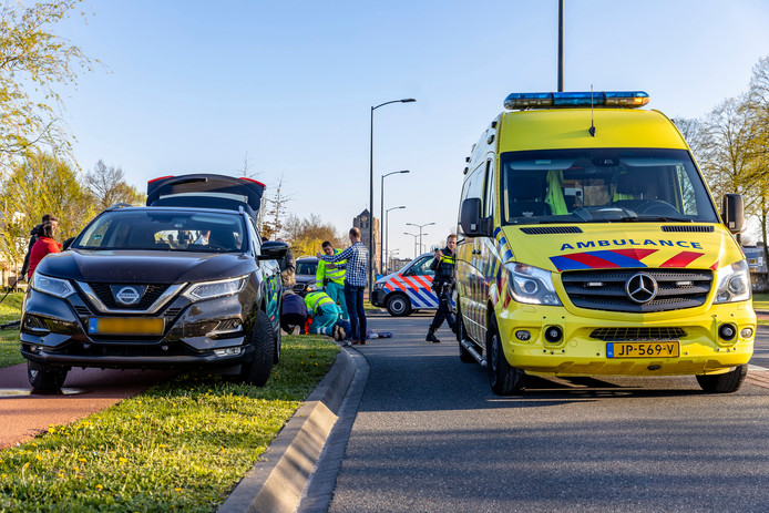 Fietsster gewond naar ziekenhuis door aanrijding met auto in Oosterhout