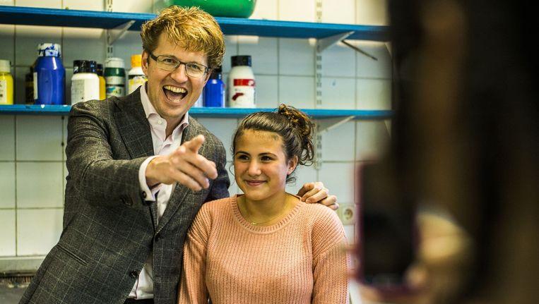 Staatssecretaris Sander Dekker op bezoek bij De nieuwe Havo in Amsterdam-Noord, een school met vernieuwend onderwijs op alleen havo-niveau, bedoeld om leerlingen zo goed mogelijk voor te bereidden op het hoger beroepsonderwijs. Dekker: 'Scholieren vinden het moeilijk de goede keuzes te maken en kiezen nu te vaak de verkeerde vervolgopleiding. Dat is zonde.' Beeld Jiri Buller / de Volkskrant