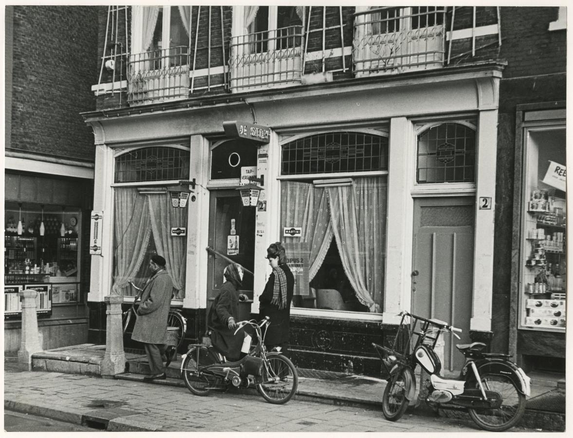 Café De Stoep in de Vos in Tuinstraat in 1965. Martina, dochter van tante Loes, staat rechts.