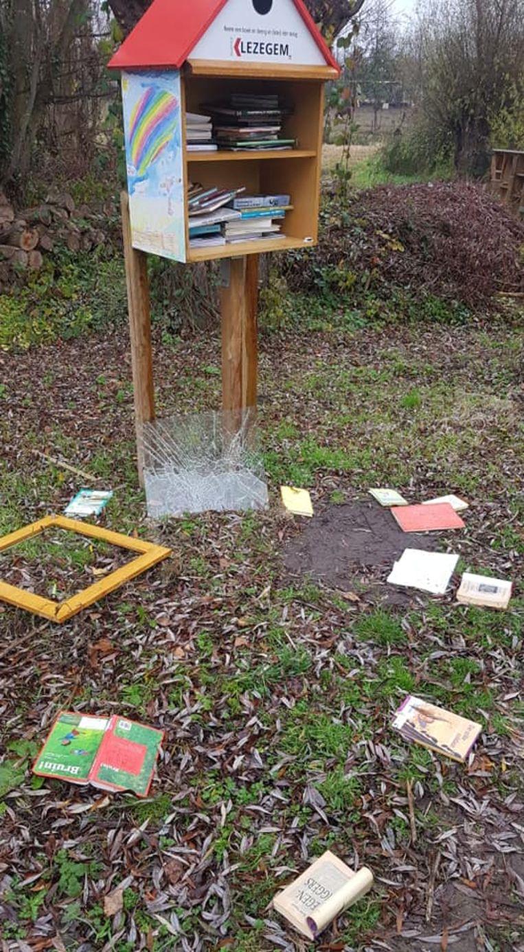 De vandalen gooiden de boeken uit het boekenruilkastje op de grond.
