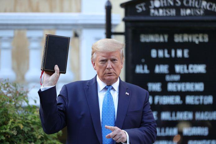 Trump brengt een bezoek aan de St. Johns Episcopal Church, de 'kerk van de presidenten'.