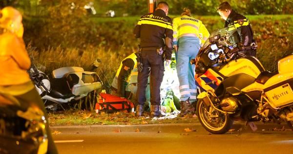 Motoragent gewond na aanrijding in Apeldoorn.