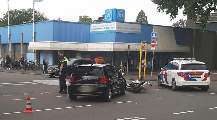 De automobilist zag de motorrijder over het hoofd toen hij af wilde slaan bij de Albert Heijn aan het Molenstraatje in Tiel.