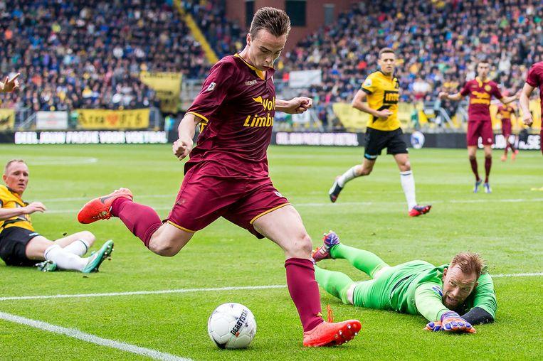 Roda JC speler Mitchel Paulissen schiet de bal langs NAC Breda keeper Jelle ten Rouwelaar en scoort daarmee het eerste doelpunt. Beeld ANP Pro Shots