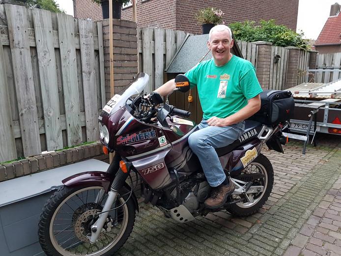 Toontje van Gemert op de motor waarmee hij naar Gambia zal rijden.
