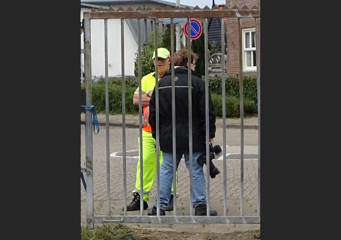 De overleden verkeersregelaar Bert (l) uit Hellevoetsluis.