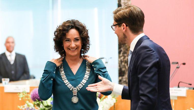 De ambtsketen wordt omgehangen bij Femke Halsema. Beeld Eva Plevier