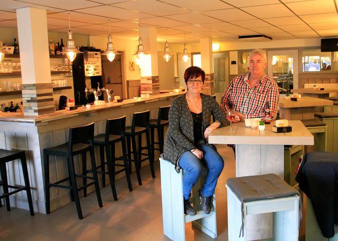 Sjaak Nijpjes en zijn vrouw Maaike in café De Neep in Klundert.