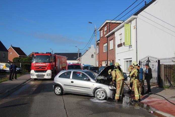 Brandweerposten Lede en Wichelen koelen het motorcompartiment extra af.
