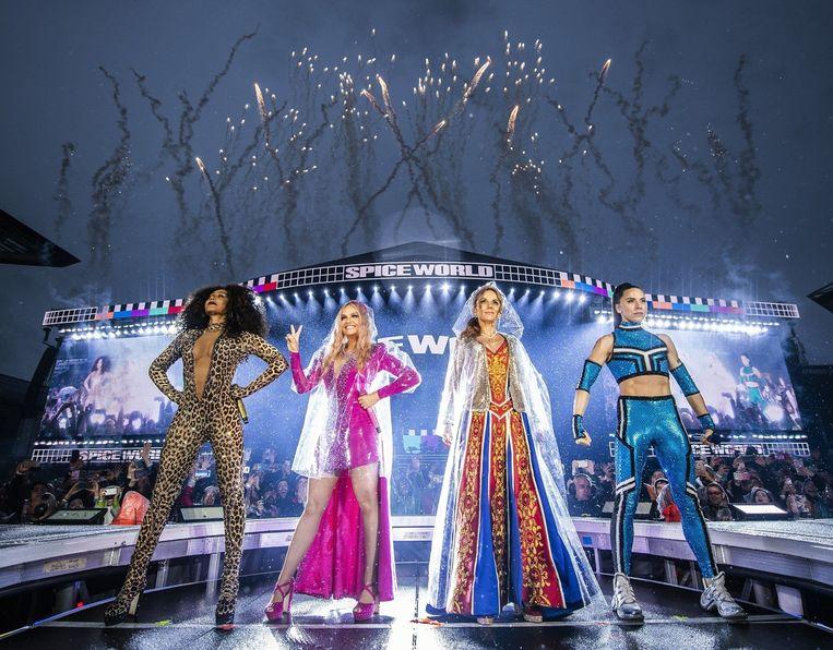 De Spice Girls op tournee. Geri Horner, tweede van rechts, excuseerde zich voor het feit dat ze in 1998 de groep verliet.
