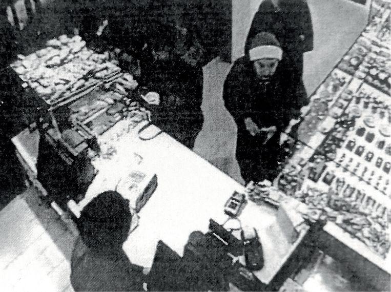 Bij de bakker droeg Clara een mantel en een muts. Toen ze later bij Suzanne vertrok, droeg ze geen mantel meer.' (Foto: een beeld van de bewakingscamera. Beeld