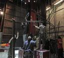 Passen en meten om het decor van de musical Zorro op te bouwen in De Lievekamp.