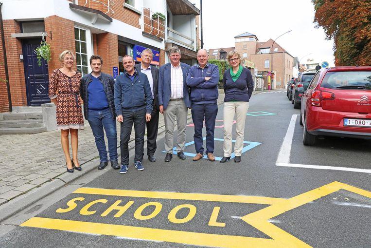 De schooldirectie en het gemeentebestuur zijn tevreden over de nieuwe wegmarkering die de nabijheid van een school aanduidt.