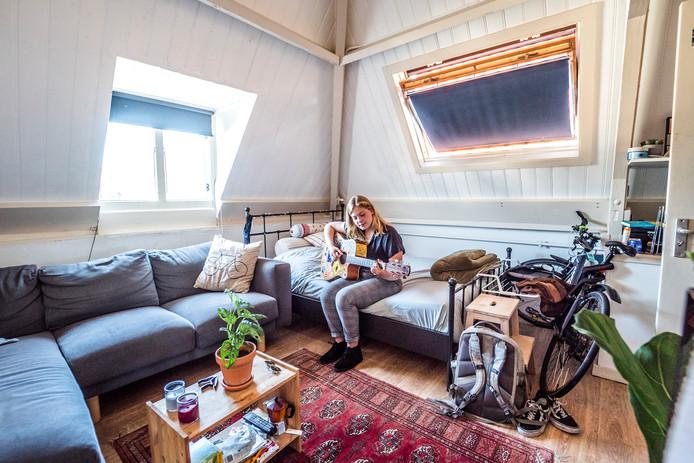 Lotte Mulder in haar Delftse studentenkamer. Hoewel ze haar kamer slechts drie maanden verhuurt, waren er maar liefst 130 belangstellenden.