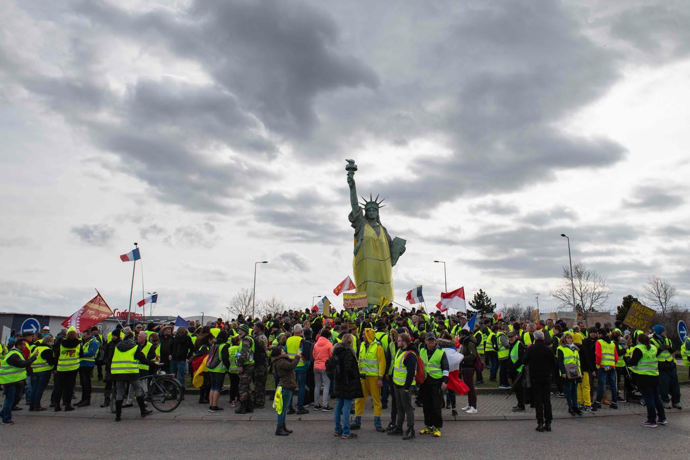 Een replica van het Vrijheidsbeeld in het Franse Colmar gehuld in een geel hesje.