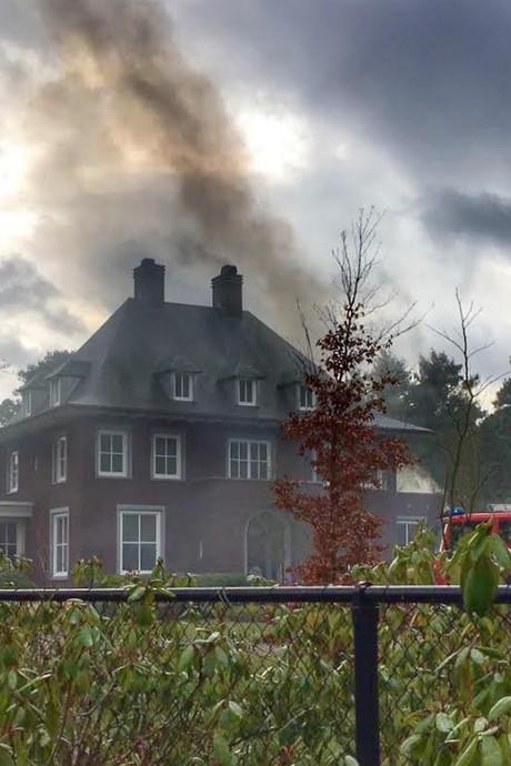 Brandweer rukt met drie wagens uit naar villa voormalig advocaat Marcel Senders in Waalre