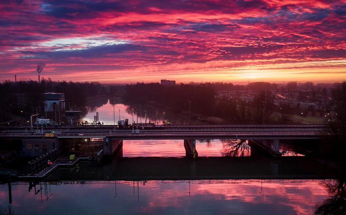 Prachtige ochtendgloren op de eerste ochtend van de werkzaamheden aan de Wantijbrug. Foto ter illustratie.
